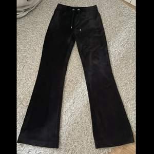 säljer mina svarta juicy couture byxor i storlek S, de är helt oanvända och har lapparna kvar. köpte i höstas på urban outfiters och har inte använt alls. skriv om du vill ha fler bilder på de💕
