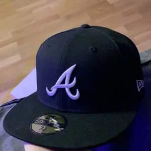 New era Atlanta keps, storlek 7 5/8 = 60.6cm. Använd ett fåtal gånger så i nyskick. 400kr inklusive frakt