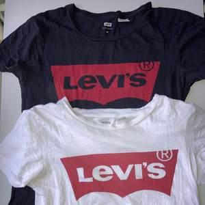 Säljer dessa 2 LEVI'S t-shirts! Båda t-shirtsen är använda mycket men fortfarande bra skick, (dom är äkta). Kan mötas i Linköping annars står köparen för frakt. Båda kostar 600kr sammanlagt ute i butik,