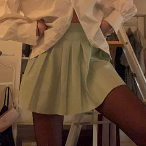 Säljer denna superfina gröna tenniskjolen i läderimitation köpt från Bershka. Aldrig använd därav i väldigt bra skick. Köparen står för frakten<3