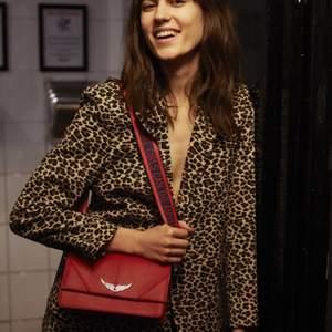 Jätte fin röd Zadig väska i modellen lolita! Nästan oanvänd därför i jätte bra skick! Pris som nyköpt ligger på 3000kr, buda tänkbara pris i kommentarerna!