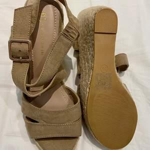 Beiga sommarskor från Din sko i storlek 39. Helt oanvända.
