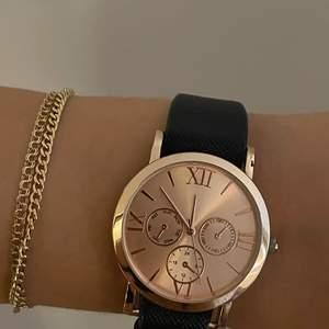 Jag säljer denna super fina klocka som ja inte använder. Den funkar inte ( tror man måste byta batteri på den ) men den är iaf en väldigt fin accessoar. Man får även med sig två stycken band i rose guld och en i leopard silvrig så man kan byta om man skulle vilja.