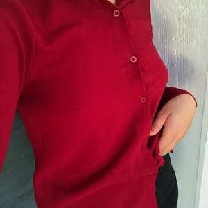 En perfekt vinröd skjorta om man vill ha lite färg, men inte för skrikande färg. Tyget är inte helt slätt vilket gör tröjan livfullare. Det roliga med skjortor är också att de kan stylas till vad man än känner för 💕 UK 8/EU 36