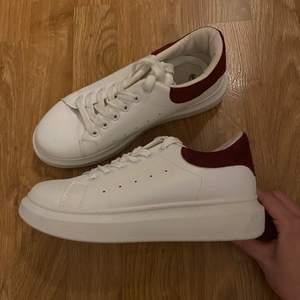 Säljer dessa supersnygga skor då de är förstora för mig!! Använda en gång och efter de har de bara stått i garderoben, därav säljer jag de nu!! Säljer för 100kr + frakt☺️☺️