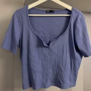 Blå tshirt ifrån Zara super snygg oversized på mig dom oftast har xs , Köparen står för frakt
