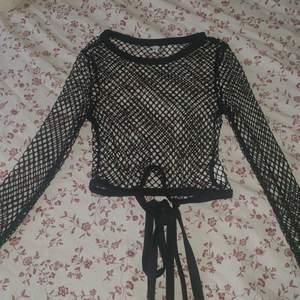 superfin fishnet-tröja som jag tyvärr köpte och sen aldrig använde (som vanligt 😪). oanvänd och i fint skick! banden är långa och ska knytas runt midjan 💖 vid köp av mer än ett plagg kan frakten kombineras!