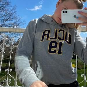Tunnare hoodie från UCLA. Frakt ej inkl❤️