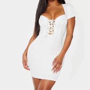 Snygg klänning som sitter jättefint med knytning i brösten ✨