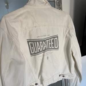 Säljer denna coola och boxiga jeans jackan från Levis med ett tryck på ryggen💕