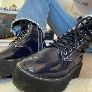 Trendiga mörkblå boots med platå från h&m! Knappt använda, säljs på grund av FÖR många boots här hemma :') nypris 349kr! Frakt står köparen för😌❤️