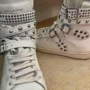 Kollar intresset på mina sneakers från tal storlek 36, passar dock mig med 37.  Dem är i absolut nyskick, dustbag följer med. Köpes för 5000kr!!❤️ kolla även in mina andra annonser! Har massor av olika kläder och stilar💓💓