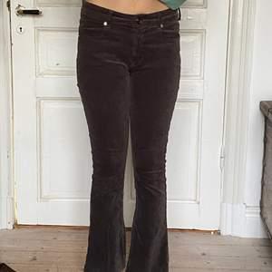 Bruna byxor, köpt second hand. Har klippt dem kortare och dem har gått lite sönder (se bild 3) annars i bra skick!