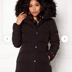 Jätte fin vinterjacka från hollies i modellen subway med svart faux päls! Kan gå ner i pris vid snabb affär.