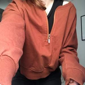 En brun/röd långärmad tröja med en dragkedja upptill. från ASOS i storlek 36, aldrig använd!🤎