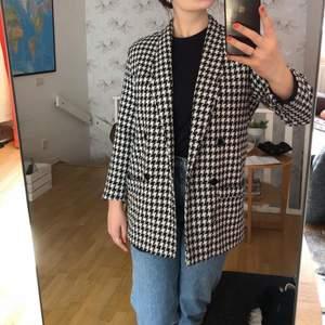 Vintage jacka i fint skick. Ingen storleksmärkning men det sitter lite oversized på mig som är en strl 38.