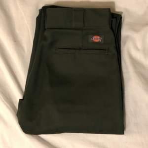 Helt oanvända dickies byxor. Säljer då dem var för små för mig. Storlek 30/32, modell 874 original fit