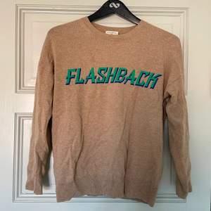 """Otroligt fin stickad tröja från Sandro i Kashmir/ylle med texten """"FLASHBACK""""😊 Superfint skick. Storlek 1, skulle säga att det är ungefär S. Tveka inte vid frågor❤️"""