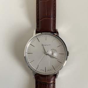 Helt ny och oanvänd klocka, fick den i födelsedags present! Justerbart skärp och jätte fint lädermaterial som passar till sommaren! Kan sälja för 200kr om den köps innan 10/5 💕💕