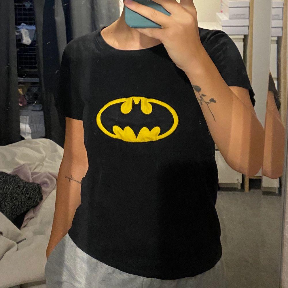Cool T-shirt med Batman tryck! Fint skick💜. T-shirts.