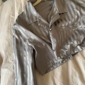 Silkesliknande material som piffar upp en outfit! Gillade att slänga över den på en helsvart outfit o liknande!