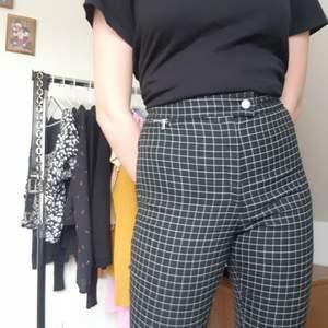 Rutiga byxor från H&M. De används inte då jag inte gillar hur de sitter på min kropp. Har inte använts särskillt mycket.
