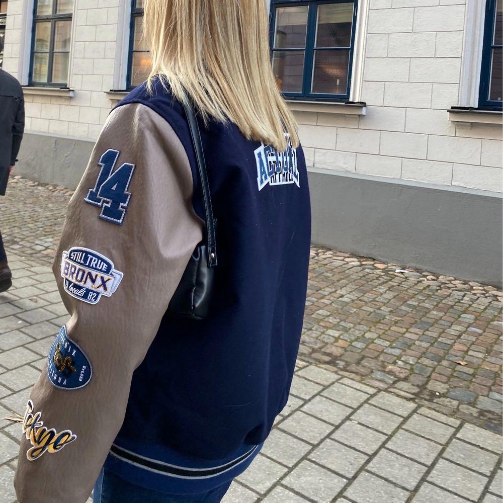 Varsity jacka från Asos 😍😍Knappt använd!! Köparen får stå för frakten!! . Jackor.