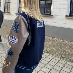 Varsity jacka från Asos 😍😍Knappt använd!! Köparen får stå för frakten!!