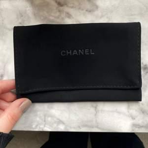 Äkta Chanel dustbag/pouch, medföljs vid köp av Chanel korthållare. Fungerar jättebra att lägga kort, smycken eller annat i.   🤍 Skickas med frimärke (24kr) eller spårbarfrakt (51kr)