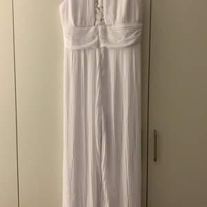 Säljer denna superfina vita jumpsuit i fint material! Perfekt till student osv, skulle ha den till min mottagning men den passade inte riktigt mig. Storleken är typ S/M. Den är endast prövad så helt oanvänd & lappen finns kvar!