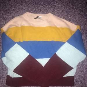 Randig stickad tröja med färgerna rosa, gul, blå och vinröd i stl M. Denna tröja är för stor för mig och därav är den knappt använd. En väldigt casuall tröja men elegant och inte tråkig med alla färger❤️💛💙💗