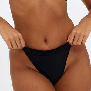 Helt ny och oanvänd populär bikiniunderdel i storlek XS från Nelly. Sitter sjukt fint på. Köpt förra året men kom aldrig till användning. Frakt: 24kr eller spårbart 50kr. Perfekt till stranden en fin sommardag.