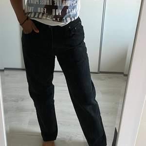 Dessa är rak och lite vida. För dig som gillar stora och Baggy jeans är dessa jeans för dig ☺️  Jag är ca181 cm lång och bör vanligtvis storlek M, skulle gissa på att jeansen är i storlek L