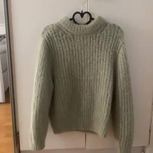 stickad tröja i pastell grön färg, i material alpaca blend. Använd 2-3 gånger. köptes 2019 för 600kr! frakt går på 66kr💕