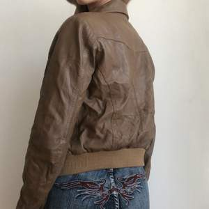 Brun vintage äkta skinnjacka som är köpt secondhand i storlek s, 170kr + frakt 💕