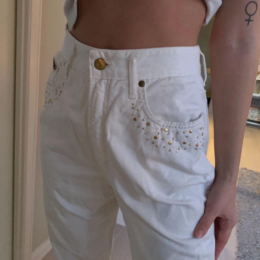 Säljer dessa vita jeans med stenar vid fickorna! De är köpta på second hand men tyvärr blivit för stora för mig! . Jeans & Byxor.