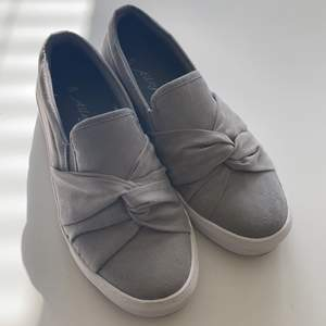 Super fina och bekväma skor (slip on) perfekta nu till sommaren 🦋 är i nyskick! dom har tyvärr blivit försmå för mig så därför säljer jag dom. Frakt ingår!