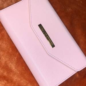 En rosa ideal of Sweden skal för iPhone XR, lite använd men ser bra ut, köptes för 400kr