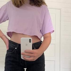 Croppad t shirt från Divided i Pastell lila färg. Använd hyfsat mycket men ser ut som ny i princip.