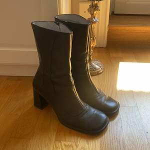 Boots från Vagabond med fyrkantig tå. Dom är otroliga!! Tyvärr är dom för små för mig oavsett hur mycket jag kämpar (har storlek 40)💞