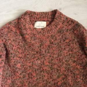 Sååå fin stickad tröja i st. L💖 perfekt en sen sommarkväll eller att bunkra upp garderoben med inför höst👌🏼 inga som helst defekter så säljer för 130kr eller högsta bud
