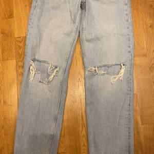 Blå jeans från Gina tricot med hål i knäna. Använda 1 gång och i fint skick. Storlek 34 men stora i storleken