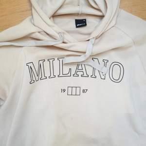 Super fin beige hoodie ifrån gina tricot med trycket Milano i svart. Sparsamt använd och säljer då jag rensat garderoben inför flytt. Hoodien är fortfarande superskön och i ett bra skick! Köparen står för frakten, skriv på pm för egna bilder!💖 LÅNADE BILDER