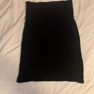 💕En vanlig simpel tight svart kjol från indiska. Sparsamt använd. Passar till i stort sett allt och är ett must have basplagg! Säljer då den inte funkar i stilen jag vill ha. Strl S✨ köparen står för frakt💕