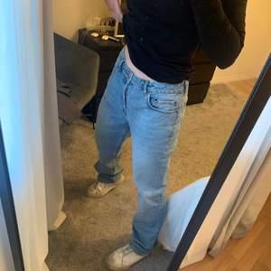 As coola jeans från asos i den perfekta blåa färgen! Jeansen är i storlek 30/32 och sitter mid/lowrise. Har endast använts några gånger! Köparen står för frakten🧡
