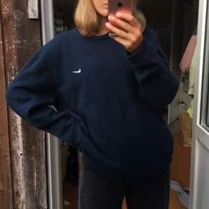 En blå stickad Nike-tröja, passar cirka mellan S och L💓