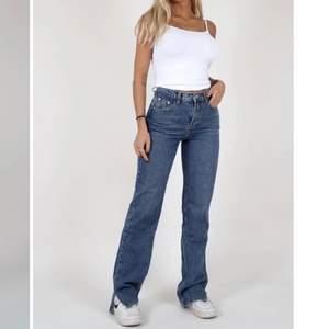 Intressekoll på mina mörkblå lexi Jeans köpta från Venderby's i stl L. De är endast testade då jag tyckte att de satt lite väl tagit på mig. Är normalt sätt en stor 38 i jeans. Skulle säga att de sitter bra på någon i stl M. BUDA från 350kr!