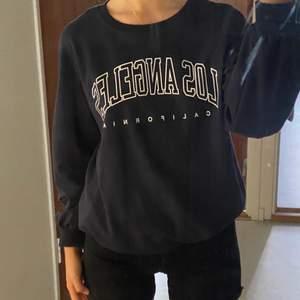 lång och extremt skön sweatshirt med texten 'los angeles california'. SISTA BILDEN ÄR TAGEN FRÅN PINTEREST!!! som inspiration.