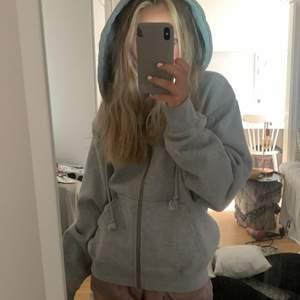 Säljer min gråa helt nya zip hoodie från brandy melville för att jag inte har fått andvändning av den, den är alldrog andvänd och den är köpt för 450 kr men skulle kunna ta ner på priset om nån är interiserad, skriv privat!!