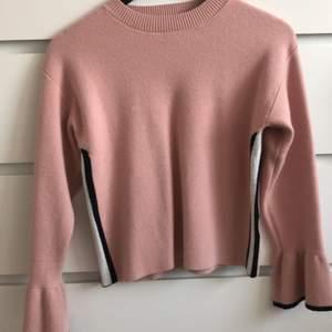 Säljer denna jättesköna rosa tröja säljer den pga den är för liten. Något noppig men syns inte bara på nära håll. Strl 158/164 den är som en xs